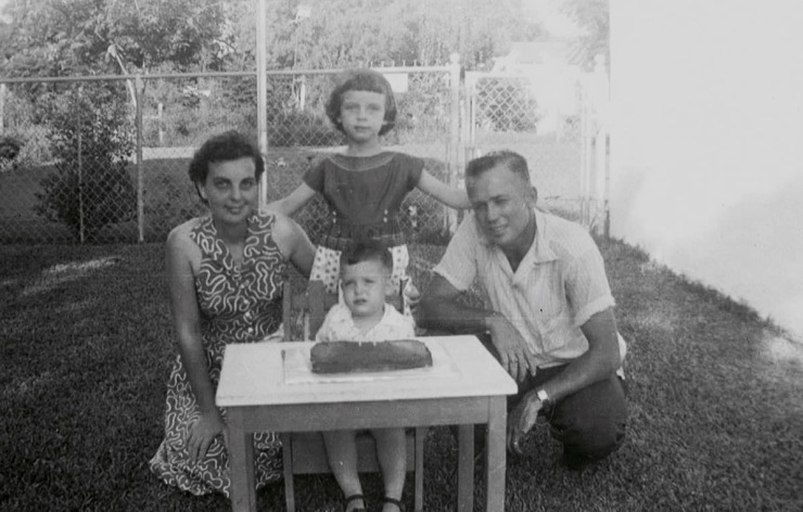 When I was 2, I had this cake with my parents and my big sister.